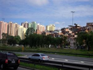 En sortant de la ville, on croise des tours à logements et juste à côté, des favelas.