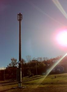 La Gaspésie compte une cinquantaine d'antennes relais, pour la plupart installées en plein coeur des villages. Celle-ci, à La Martre, est postée derrière le bureau municipal.
